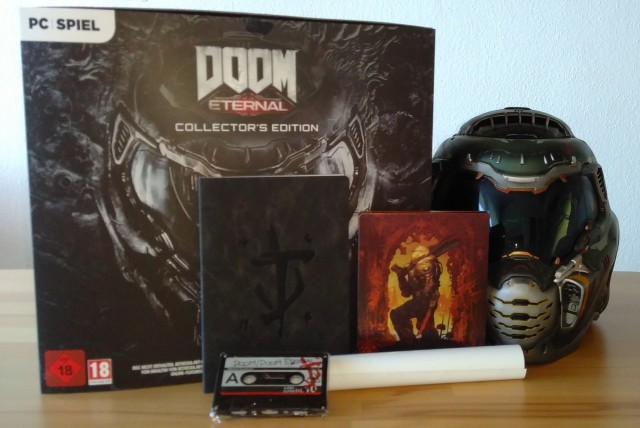 Screenshot: Inhalt der Collectors Edition von Doom Eternal. Das Poster ist aufgerollt, es war zu widerspenstig für das Foto